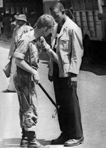 apartheid-um-soldado-africano-e-um-manifestante-na-cidade-do-cabo-em-outubro-de-1976-durante-os-conflitos-raciais-depois-de-violentos-confrontos-em-soweto-em-junho-de-1976-novos-incidentes-ocorre