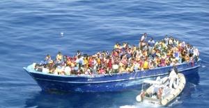 22ago2015---barco-com-refugiados-e-resgatado-no-estreito-da-sicilia-na-costa-da-italia-a-guarda-costeira-italiana-anunciou-neste-sabado-22-que-tenta-socorrer-quase-3000-imigrantes-a-deriva-no